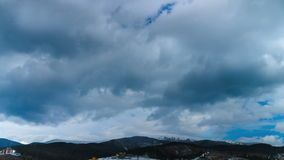 Nuvens que movem-se sobre as montanhas Lapso de tempo 4K filme