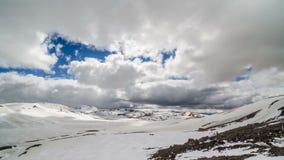 Nuvens que movem-se sobre montanhas do inverno no passeio na montanha de Islândia Lugavegur Inclinação do lapso de tempo para bai video estoque