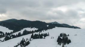 Nuvens que movem-se sobre o país do inverno Lapso de tempo da filtração video estoque