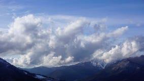Nuvens que movem-se sobre a paisagem da montanha de Cáucaso e o vale tempo-lapso video estoque