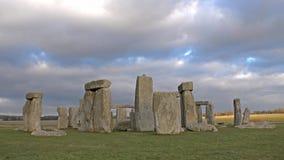 Nuvens que movem-se sobre Stonehenge, Wiltshire Inglaterra filme