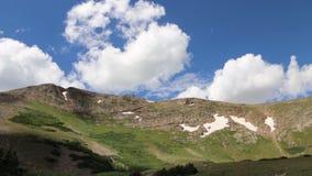 Nuvens que movem-se sobre uma montanha Ridge vídeos de arquivo