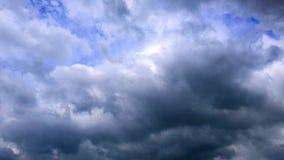 Nuvens que passam sobre um céu azul profundo Lapso de tempo vídeos de arquivo