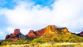 Nuvens que penduram sobre as montanhas coloridas do arenito na borda do norte da vila de Oak Creek no Arizona do norte imagens de stock