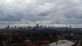 Nuvens que penduram sobre a cidade Imagens de Stock Royalty Free