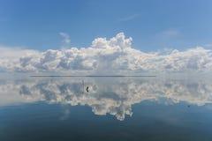 Nuvens que refletem Fotos de Stock