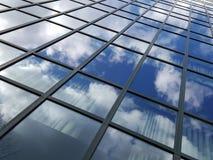 Nuvens que refletem em Windows do prédio de escritórios alto Fotografia de Stock Royalty Free