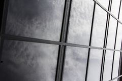 Nuvens que refletem fora das janelas Fotografia de Stock Royalty Free