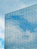 Nuvens que refletem nas janelas Fotos de Stock