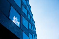 Nuvens que refletem nas janelas de uma construção moderna imagens de stock