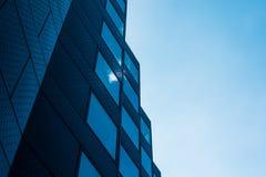 Nuvens que refletem nas janelas de uma construção moderna foto de stock