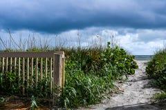 Nuvens que rolam dentro sobre as dunas de areia fotografia de stock royalty free