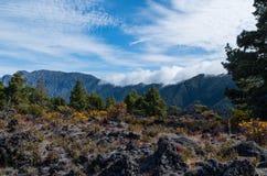 Nuvens que vêm sobre o Cumbre no la Palma, Espanha Fotografia de Stock