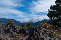 Nuvens que vêm sobre o Cumbre no la Palma, Espanha Fotos de Stock
