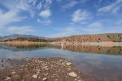 Nuvens refletidas em um lago imagens de stock