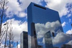 Nuvens refletidas em uma construção Fotos de Stock Royalty Free