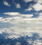 Nuvens refletidas na água Fotografia de Stock