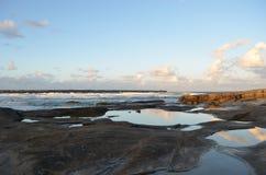 Nuvens refletidas nas rocha-associações Fotografia de Stock Royalty Free