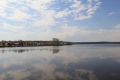 Nuvens refletidas no lago fotografia de stock royalty free