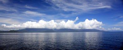 Nuvens refletindo Imagem de Stock