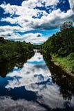Nuvens refletindo da cena do rio Fotos de Stock