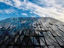 Nuvens refletindo do arranha-céus no céu imagem de stock royalty free