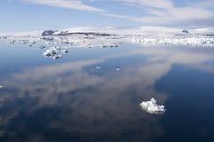 Nuvens refletindo sadias antárticas em águas calmas Fotografia de Stock
