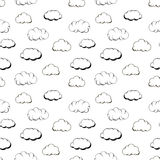 Nuvens retros da gravura da mão em sem emenda branco Fotos de Stock Royalty Free