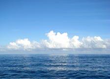 Nuvens sobre a água imagens de stock royalty free