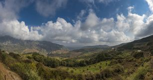 Nuvens sobre as montanhas fotografia de stock royalty free