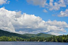 Nuvens sobre as montanhas Imagens de Stock