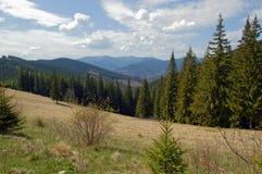 Nuvens sobre as montanhas Carpathian imagem de stock