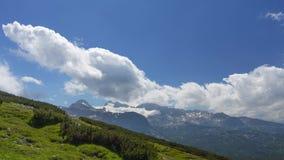 Nuvens sobre as montanhas da mola Lapso de tempo filme