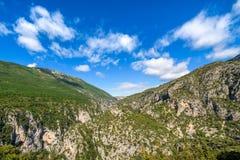 Nuvens sobre as montanhas verdes Imagem de Stock