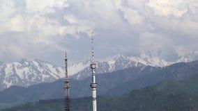 Nuvens sobre as montanhas video estoque