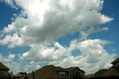 Nuvens sobre casas fotografia de stock royalty free
