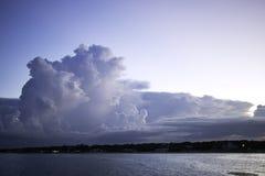 Nuvens sobre a cidade costeira no crepúsculo imagens de stock royalty free