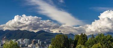 Nuvens sobre a cidade de Vancôver em Canadá - vista panorâmica imagens de stock