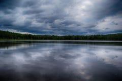 Nuvens sobre a lagoa da casa de reunião foto de stock