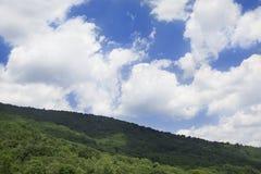 Nuvens sobre a montanha de Afton, VA Fotografia de Stock