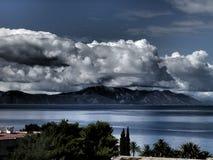 Nuvens sobre a montanha na obscuridade Fotos de Stock Royalty Free