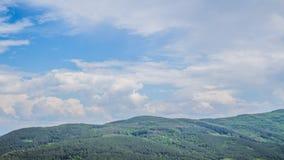 Nuvens sobre a montanha vasta video estoque