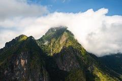 Nuvens sobre montanhas imagem de stock