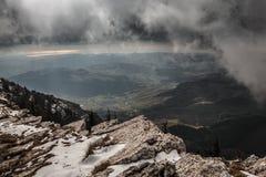 Nuvens sobre montanhas de Sicília, Itália foto de stock