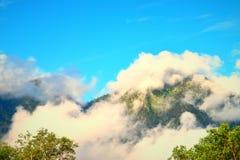 Nuvens sobre montanhas na manhã em Uttarkashi Fotografia de Stock Royalty Free