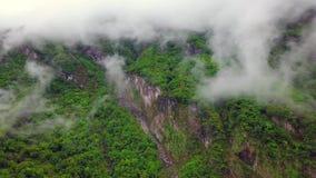 Nuvens sobre montes no parque nacional do desfiladeiro de Taroko em Taiwan Silhueta do homem de neg?cio Cowering filme