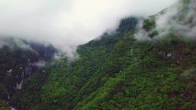 Nuvens sobre montes no parque nacional do desfiladeiro de Taroko em Taiwan Silhueta do homem de neg?cio Cowering video estoque
