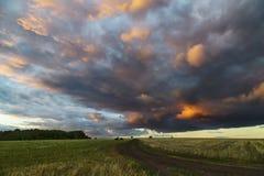 Nuvens sobre o feno do prado Fotografia de Stock