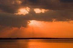 Nuvens sobre o lago no por do sol imagem de stock royalty free