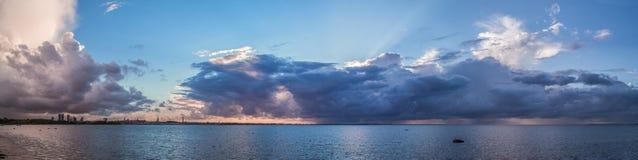 Nuvens sobre o mar Fotografia de Stock